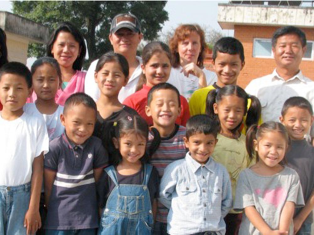 Gruppenfoto vor dem Waisenhaus
